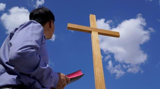 Ερώτηση 2: Ακόμα δεν έχουμε προσδιορίσει αν η βασιλεία του Θεού είναι στη γη ή στον ουρανό. Ο Κύριος Ιησούς κάποτε μίλησε για το ότι «η βασιλεία των ουρανών είναι κοντά» και το ότι «η βασιλεία των ουρανών έρχεται.» Αν είναι η βασιλεία των ουρανών, θα πρέπει να είναι στον ουρανό. Πώς μπορεί να είναι στη γη;