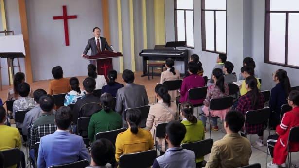 Πολλοί Χριστιανοί συγκεντρώνονται στην εκκλησία