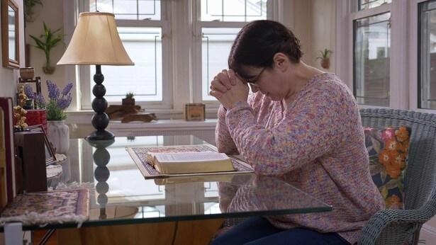 Μια χριστιανή προσεύχεται.