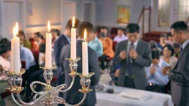 Μια ομάδα χριστιανών προσεύχονται