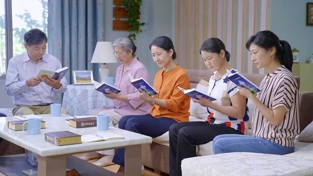 Αρκετοί άνθρωποι διαβάζουν τον λόγο του Θεού